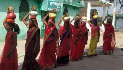मुस्लिम महिला ने पहनी भगवा साड़ी, सिर पर लिया कलश, फिर श्रीराम की धुन पर की पूरे गांव की यात्रा… पढ़िए कौन है यह महिला