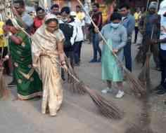 झाड़ू लेकर सड़क पर उतरीं पद्मश्री फुलबासन यादव, तिरंगे के सम्मान में किया श्रमदान